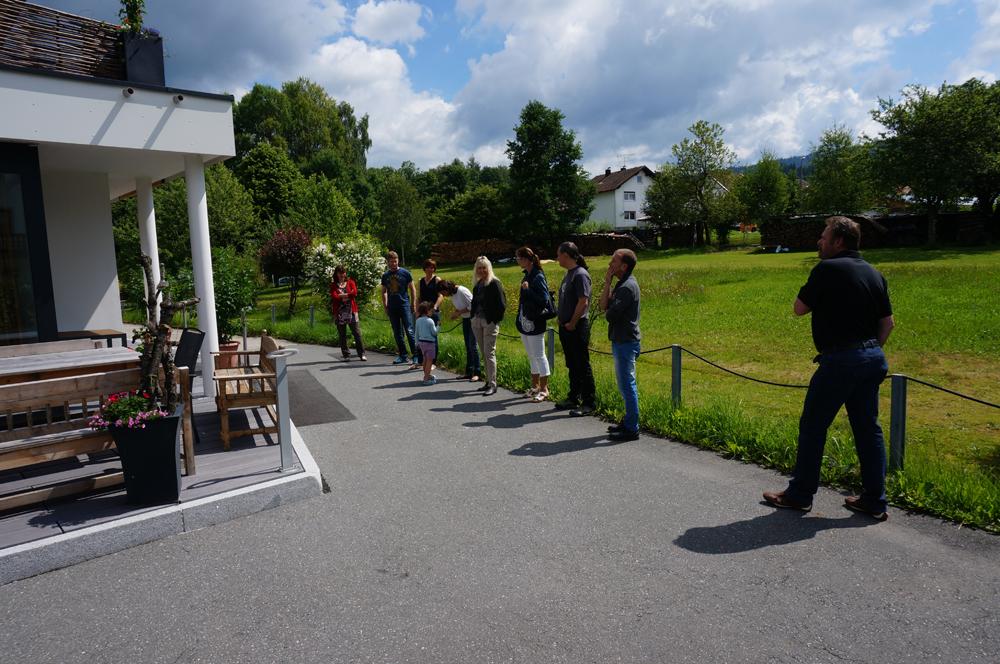 Besucher vor Haupteingang